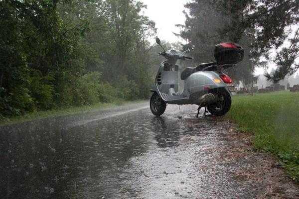 Read more about the article Правила при їзді в дощ. Мотоцикл під дощем.
